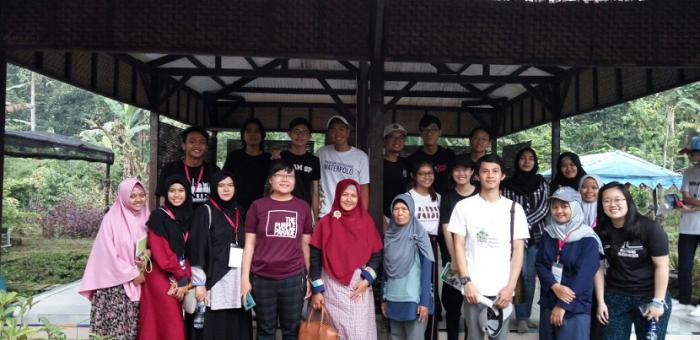25 Mahasiswa Singapura Belajar Kerajinan Tangan di Tegalwaru